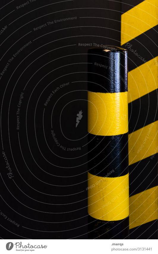 Parkplatz Verkehr Personenverkehr Schilder & Markierungen Streifen dunkel gelb schwarz Parkhaus Poller Farbfoto Innenaufnahme Nahaufnahme Menschenleer