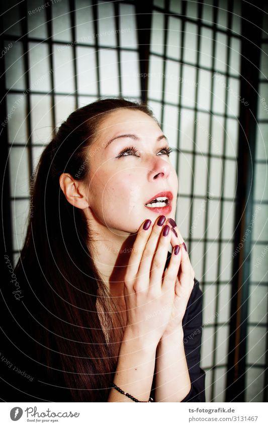 Das Stoßgebet Mensch feminin Junge Frau Jugendliche Gesicht Hand 1 18-30 Jahre Erwachsene Tränen Traurigkeit Erotik schön schwarz Trauer Tod Liebeskummer
