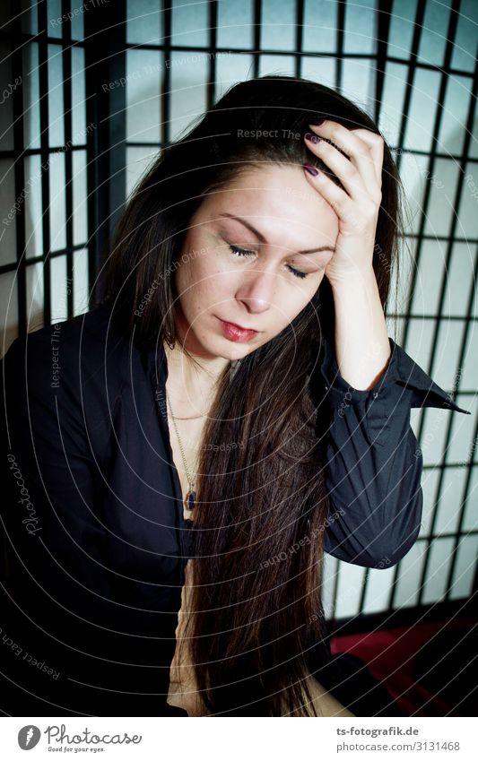 Don't cry for me, arme Tina! Mensch feminin Junge Frau Jugendliche 1 18-30 Jahre Erwachsene Hemd brünett langhaarig Tränen weinen Erotik schön schwarz