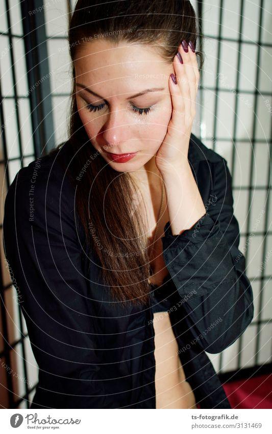 Don't cry for me, arme Tina! Wimperntusche Mensch feminin Junge Frau Jugendliche 1 18-30 Jahre Erwachsene Paravant berühren weinen Erotik schwarz Traurigkeit