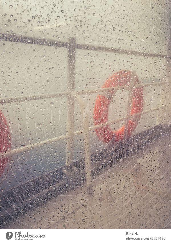 Schlechtes Wetter dunkel kalt Regen Nebel Wind Wassertropfen nass Klima Fensterscheibe Klimawandel schlechtes Wetter Fähre Rettungsring Binnenschifffahrt
