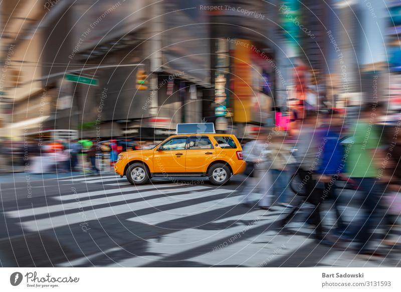 NYC Yellow Cab in Bewegung Ferien & Urlaub & Reisen Sightseeing Städtereise Nachtleben Verkehr Berufsverkehr Fußgänger Fahrzeug Taxi fahren Gelbe Kabine