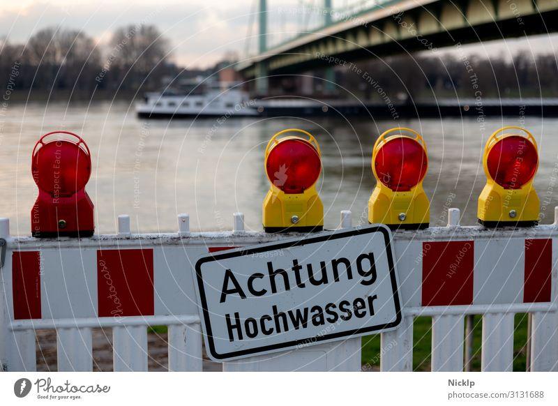 """Rhein Hochwasser - Schild """"Achtung Hochwasser"""" - Köln Mülheimer Brücke, 30 Januar 2018 Wasser Nordrhein-Westfalen Warnschild Hinweisschild Barrikade Warnleuchte"""