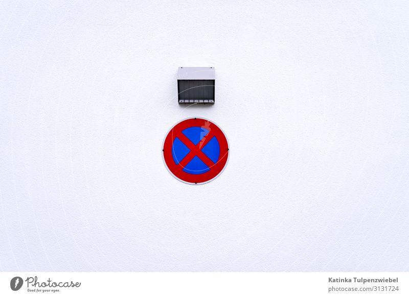 Absolutes Halteverbot Straße Verkehrszeichen Verkehrsschild Metall blau grau rot weiß Zeichen stoppen Symbole & Metaphern Vorschrift Wand Menschenleer parken