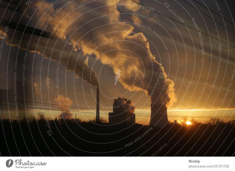 Qualm eines Kohlekraftwerk bei Leipzig, Deutschland im Gegenlicht des Sonnenuntergang Kraftwerk Klimawandel CO2-Ausstoß Luftverschmutzung Energie Wirtschaft