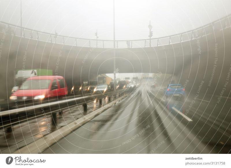 Stadtautobahn im Niesel PKW Autobahn Kohlendioxid bedrohlich gefährlich Risiko Herbst Menschenleer nass Nieselregen Regen Regenwasser Wassertropfen