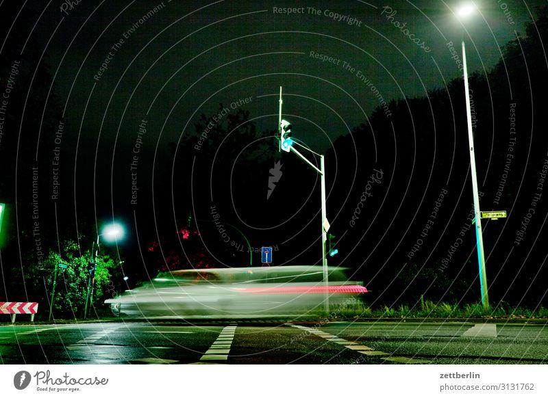 Schnelles Auto an der Kreuzung Abend Bewegung blinkern mehrfarbig Dynamik Phantasie glänzend Kunst Licht Lichtspiel Lichtschreiben Lichtmalerei Lightshow Linie