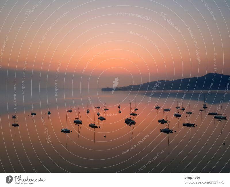 Himmel Natur Sommer schön Landschaft Sonne Meer ruhig Berge u. Gebirge natürlich Küste Menschengruppe See Wasserfahrzeug Freizeit & Hobby Horizont
