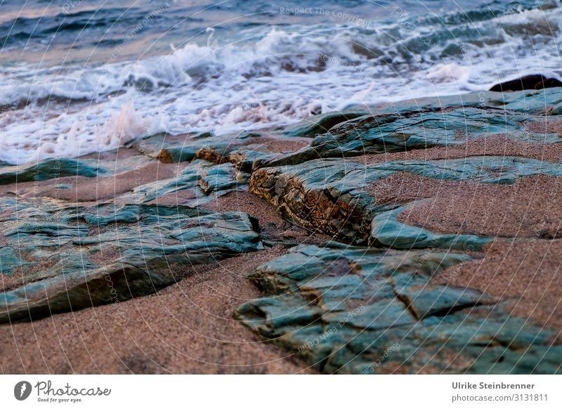 Felsstrand wie aus Jade Felsen Stein Sand Bucht Küste Meer Mittelmeer Strand Gestein Wellen Gischt jadegrün Sardinien La Ciaccia Wasser Menschenleer Natur