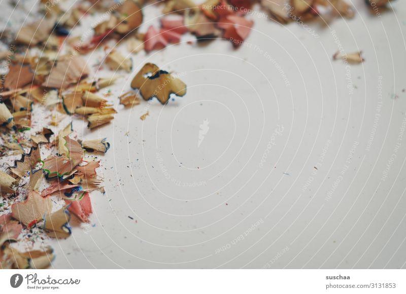 spitzerspäne auf weisser unterlage spitzen gespitzt Buntstiftspäne Buntstifte Abfallprodukt Holz Holzspäne Neutraler Hintergrund weisse Unterlage Textreiraum