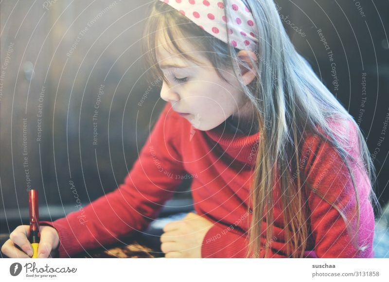 hausaufgaben (2) Kind Mädchen Schüler Schulkind schreiben lesen Hausaufgabe Schule lernen lesen und schreiben Füllfederhalter Bildung Bildungswesen