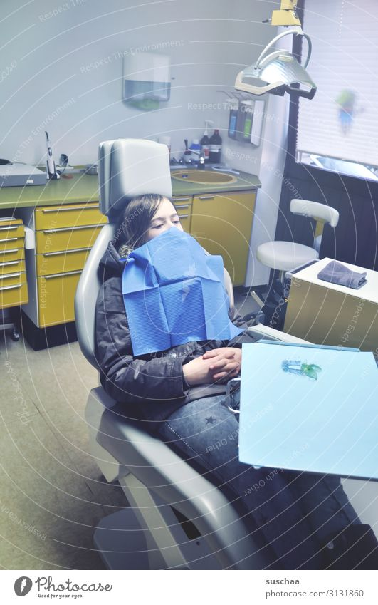 warten auf den zahnarzt (3) Kind Mädchen Praxis Zahnarzt Zahnarztstuhl Praxiseinrichtung Behandlungszimmer Zahnschmerzen Angst Vorsorge Zahnheilkunde