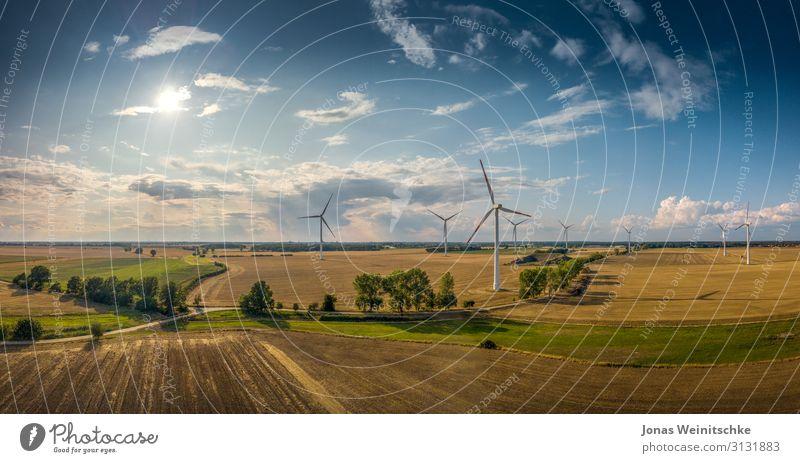 Panorama Landschaft mit Windrädern bei gutem Wetter Wissenschaften Fortschritt Zukunft Energiewirtschaft Erneuerbare Energie Windkraftanlage Natur Sonnenlicht