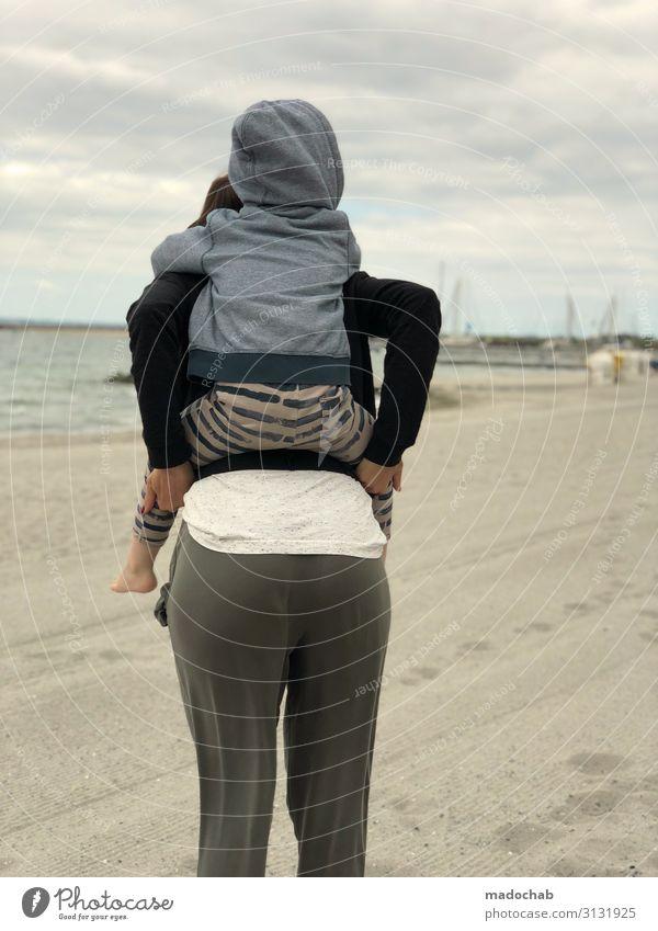 Huckepack Mensch Kleinkind Junge Frau Jugendliche Mutter Erwachsene Familie & Verwandtschaft Kindheit Leben 2 Wolken Küste Strand Glück Zufriedenheit Vertrauen