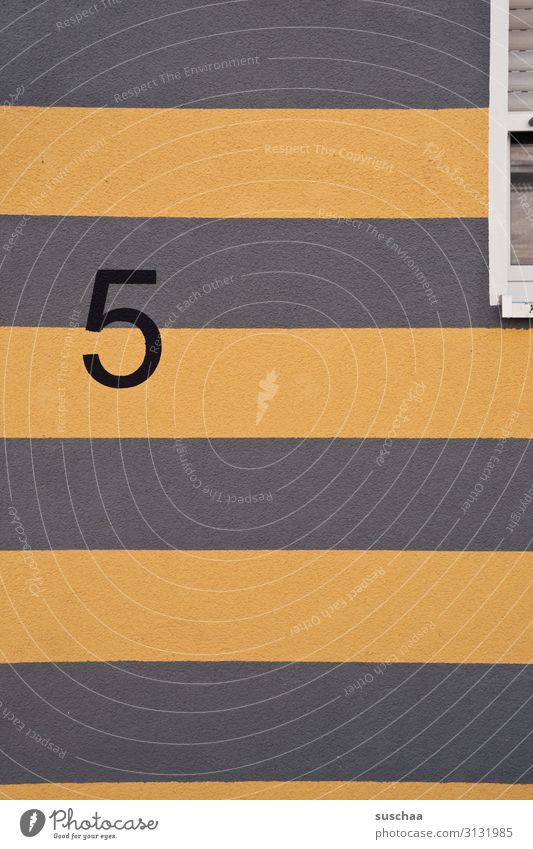 5 Ziffern & Zahlen Hausnummer Adresse Anschrift Wand Fenster Fassade gestreift mehrfarbig Gebäude Wohnung