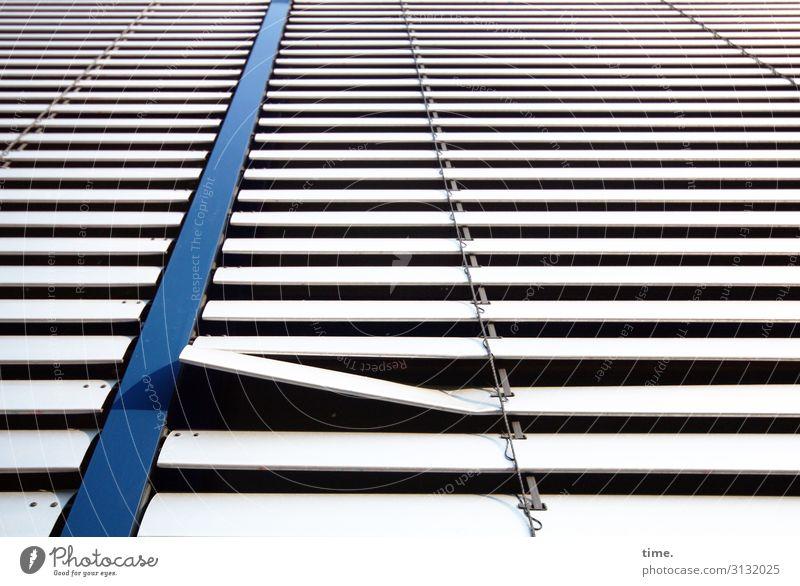 vorwitzig Hamburg Stadtzentrum Haus Hochhaus Fassade Fenster Jalousie Metall Linie Streifen kaputt listig rebellisch wild Erwartung Inspiration Konzentration
