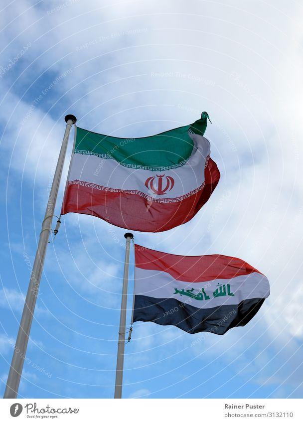 Iranische und Irakische Nationalflagge im Wind Teheran Naher und Mittlerer Osten Wahrzeichen Fahne blau grün schwarz weiß Zusammenhalt Farbfoto Außenaufnahme