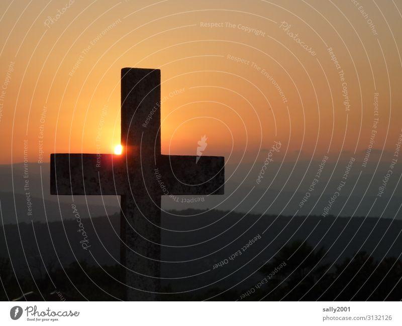 Ruhe und Frieden Kreuz Friedhof Sonnenuntergang Sonnenaufgang Berge u. Gebirge Abendstimmung Symbol Glaube Christliches Kreuz Religion & Glaube Christentum Tod