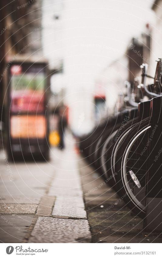 Fahrradverleih in einer Stadt Fahrräder verleihen Reifen Räder Fahrradständer Umwelt umweltfreundlich Umweltverschmutzung Fortbewegungsmitel parken Fahrradstadt