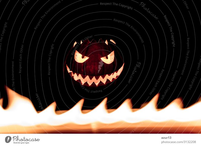 Carved spooky halloween pumpkin in hot burning hell fire flames Halloween gruselig Angst Brand face candle autumn Symbole & Metaphern carved selbstgemacht