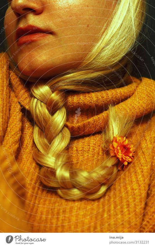 herbstlich II Mensch feminin 1 Mode Pullover Accessoire Haare & Frisuren blond langhaarig Zopf schön gelb gold orange Herbstfärbung Farbfoto Gedeckte Farben
