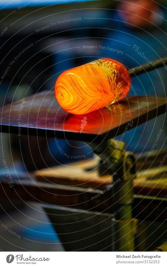 Traditionelle Glasproduktion im Schwarzwald Arbeit & Erwerbstätigkeit Fabrik Industrie Handwerk Werkzeug Mann Erwachsene Kunst Kultur machen heiß Kreativität