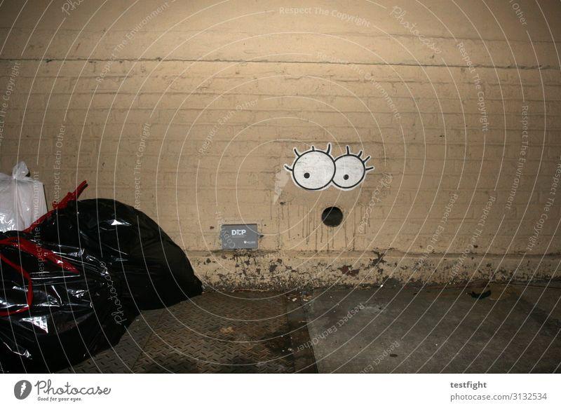 looks like trash Stadt Mauer Wand Verpackung Sack Graffiti Entsetzen Gesicht Comic Überraschung Müll Müllsack Farbfoto Außenaufnahme Textfreiraum oben Nacht