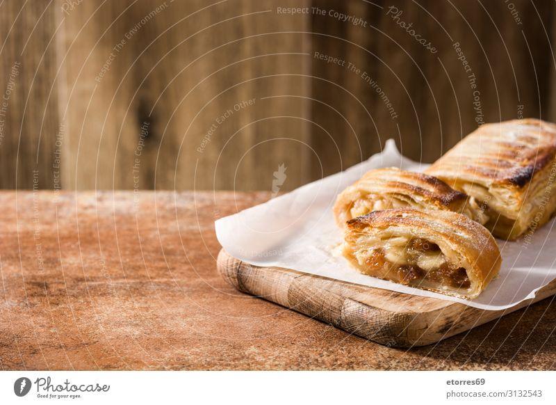 Traditioneller hausgemachter Apfelstrudel auf braunem Hintergrund. Strudel Zimt Lebensmittel Gesunde Ernährung Foodfotografie Backwaren süß Zucker backen