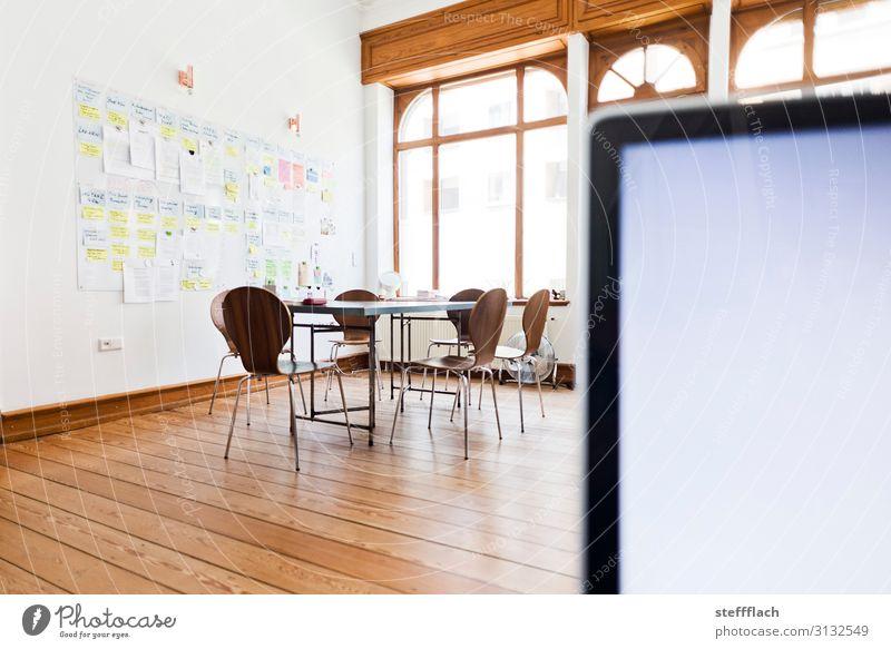 Altbau Büro Besprechung Stil Innenarchitektur Stuhl Tisch Tafel Arbeit & Erwerbstätigkeit Medienbranche Werbebranche Computer Bildschirm Fenster