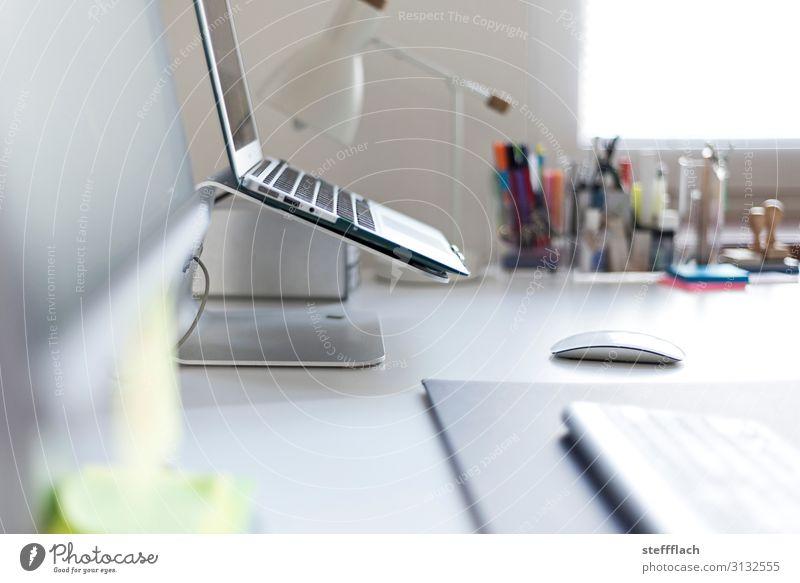 Büro Büro Stil grau Arbeit & Erwerbstätigkeit Design Kommunizieren Coolness trendy Schreibtisch Werbebranche Tastatur Dienstleistungsgewerbe Notebook Teamwork