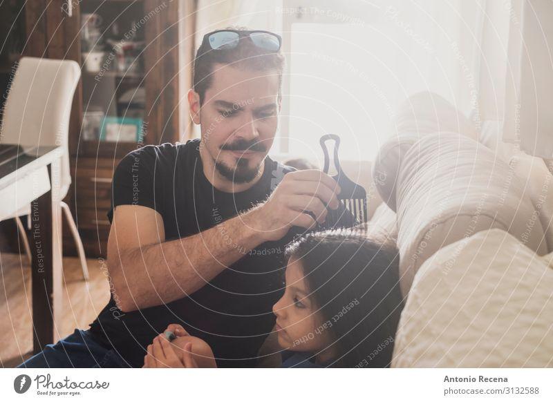 Vater beim Kämmen Lifestyle Haare & Frisuren Sofa Wohnzimmer Kind Mensch Mann Erwachsene Familie & Verwandtschaft Kindheit Liebe sitzen Zusammensein modern