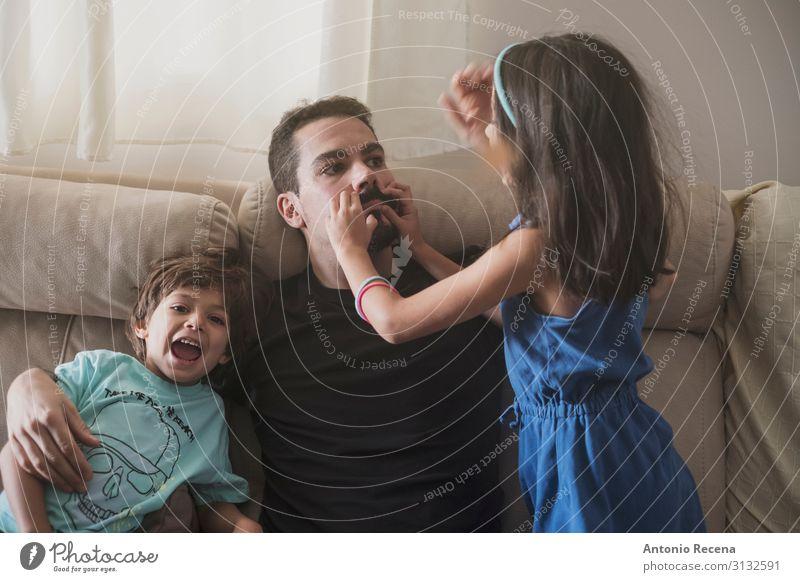 Vater bezahlt Lifestyle Sofa Wohnzimmer Kind Mensch Junge Mann Erwachsene Familie & Verwandtschaft Kindheit Liebe sitzen Zusammensein modern Tochter Kind jung