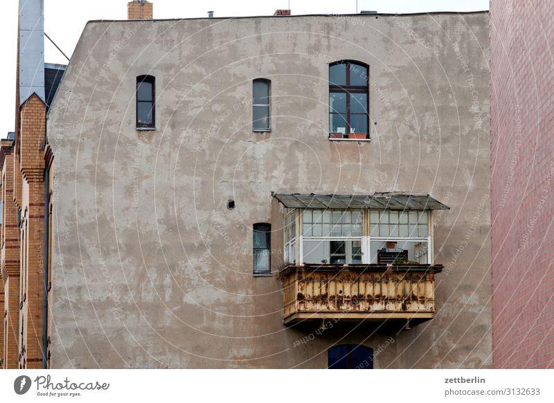 Einfache Wohnlage Altbau hinten Hinterhof Haus Wohnhaus Wand Mauer Brandmauer Wohngebiet Häusliches Leben Stadt Stadtzentrum Textfreiraum Stadthaus