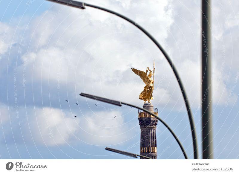 Siegessäule mit Laternen und Vögeln Denkmal else Goldelse viktoria großer stern Tiergarten Park Wald Berlin-Mitte Deutschland Figur gold blattgold Hauptstadt