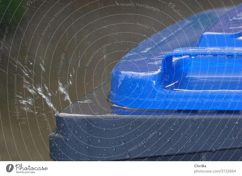 Regen prasselt auf die Papiertonne Natur blau Wasser Herbst Umwelt Traurigkeit grau Wassertropfen Vergänglichkeit Klima Sauberkeit Urelemente Tropfen Reichtum