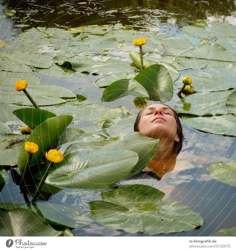 Greenwashing mit Teichrosen schön Körperpflege Gesundheit Ferien & Urlaub & Reisen Sommer Mensch feminin Junge Frau Jugendliche Kopf Gesicht 1 18-30 Jahre