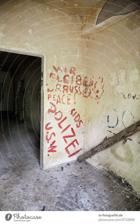 Einlasskontrolle Beruf Polizei Polizist Menschenleer Haus Industrieanlage Ruine Bauwerk Gebäude Bunker Luftschutzbunker Mauer Wand Fassade Tür Zeichen