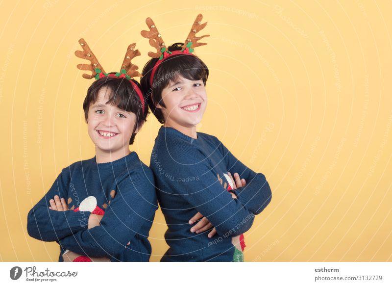 lächelnde Kinder in einem Rudolph Rentier Weihnachtskostüm Freude Winter Feste & Feiern Weihnachten & Advent Silvester u. Neujahr Mensch maskulin Geschwister