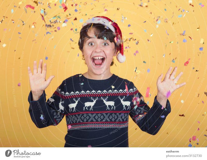 lächelndes Kind mit Konfetti Tragende Weihnachten Weihnachtsmann Hut Freude Winter Feste & Feiern Weihnachten & Advent Silvester u. Neujahr Mensch maskulin