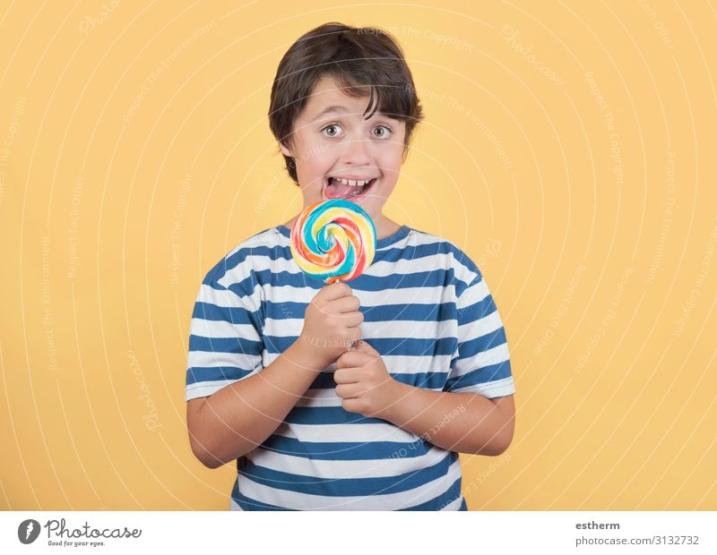 lustiges Kind mit Lolli Lebensmittel Dessert Süßwaren Ernährung Essen Lifestyle Gesicht Mensch maskulin Junge Kindheit Zähne 1 8-13 Jahre festhalten Fitness