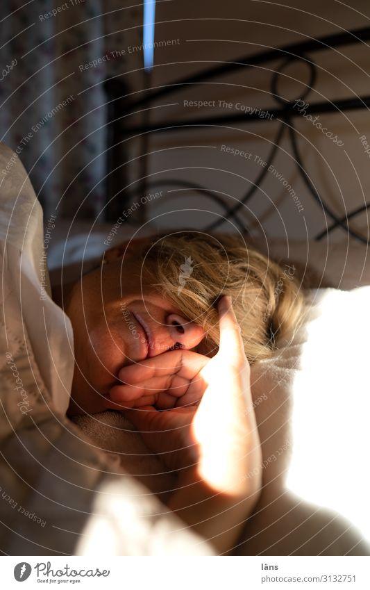 Schlafen Bett Schlafzimmer Mensch feminin Frau Erwachsene Partner Leben Kopf Hand 1 45-60 Jahre schlafen Erholung Sicherheit Unbekümmertheit Sommer Morgen