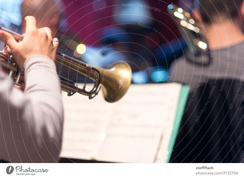 Trompetensolo Mensch maskulin Arme Hand 3 Musik Musik hören Konzert Bühne Band Musiker Orchester Trompeter Posaune Musiknoten Notenblatt Solo Metall Spielen