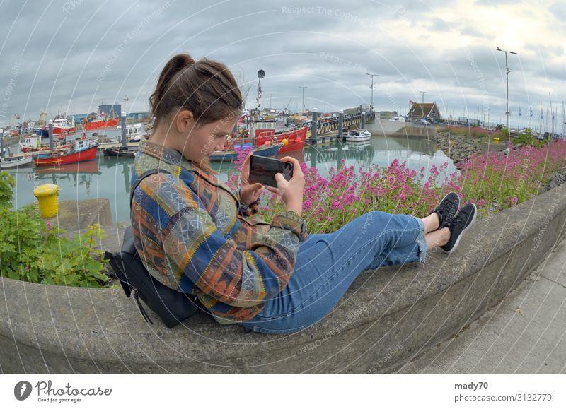 Teenager-Mädchen mit Smartphone im Urlaub Lifestyle Freude schön Leben Ferien & Urlaub & Reisen Sommer Sonne Strand Meer Kind Telefon Handy PDA Fotokamera Frau