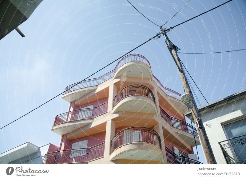 Aliveri Heute Wolkenloser Himmel Griechenland Architektur Stadthaus Fassade Balkon Kabel Straßenbeleuchtung authentisch modern neu Qualität Stil Etage