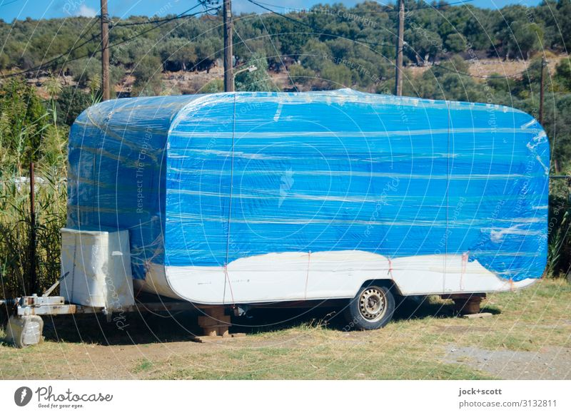 (nicht) originalverpackt Parkplatz Wohnwagen Folie außergewöhnlich einzigartig Wärme blau Stimmung Willensstärke Schutz Design modern Ordnung Pause planen