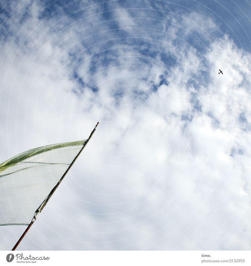 Überflug Himmel Wolken Schönes Wetter Luftverkehr Flugzeug Passagierflugzeug Propellerflugzeug Stoff Fahnenmast Kunststoff fliegen frisch Freude selbstbewußt