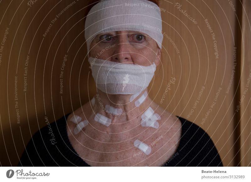 Hautsache l verletzlich Gesundheitswesen Behandlung Krankenpflege feminin Körper Operation Zeichen beobachten berühren warten bedrohlich Tapferkeit Optimismus
