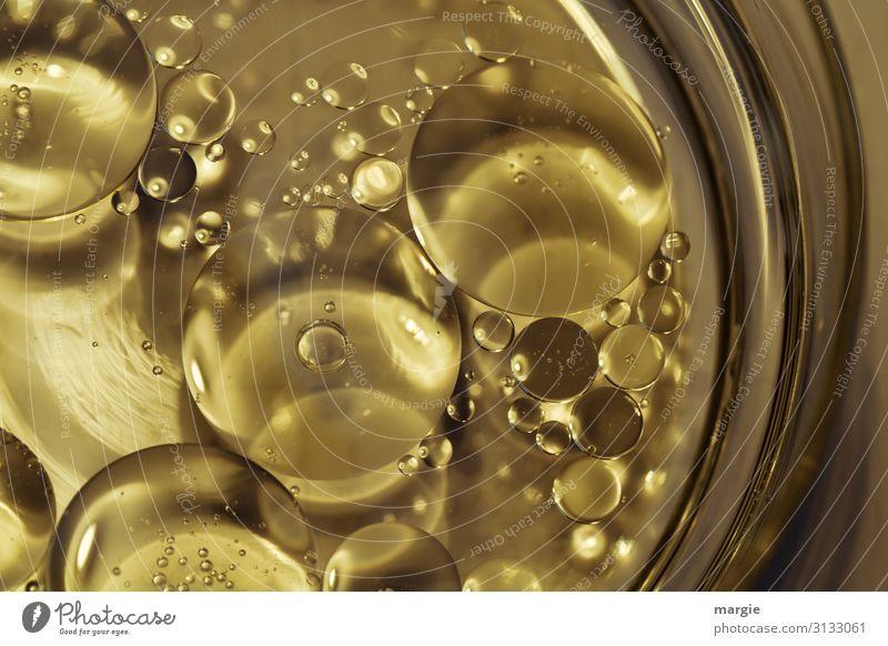 Flüssigkeit mit Blasen in Gold Lebensmittel Öl Geschirr Teller Schalen & Schüsseln Glas gold Chemie Chemische Verbindung Chemische Elemente Tropfen Reichtum