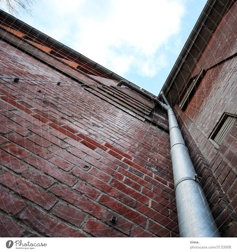Halswirbelsäulentraining (IX) Himmel Schönes Wetter Hamburg Haus Gebäude Mauer Wand Dach Dachrinne Lüftungsschacht Fallrohr Backstein Backsteinwand Stein Linie