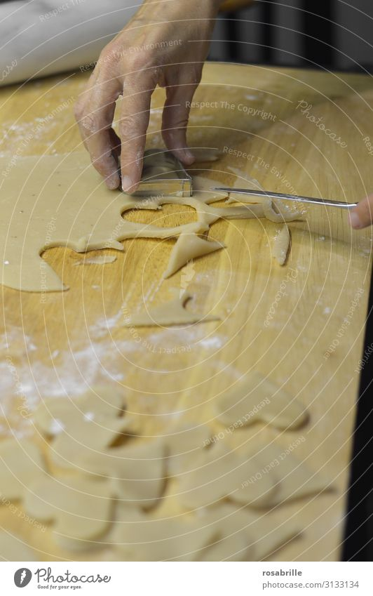 Fingerspitzengefühl | beim Plätzchen ausstechen Weihnachten & Advent Hand Liebe süß frisch Herz Küche Backwaren Essen zubereiten Vorfreude Messer backen Keks